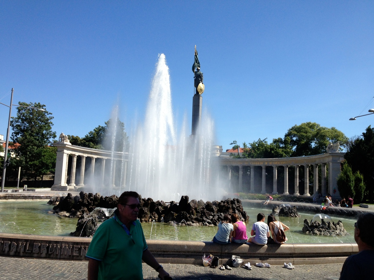 Walter telling half the bike riders about the fountain.